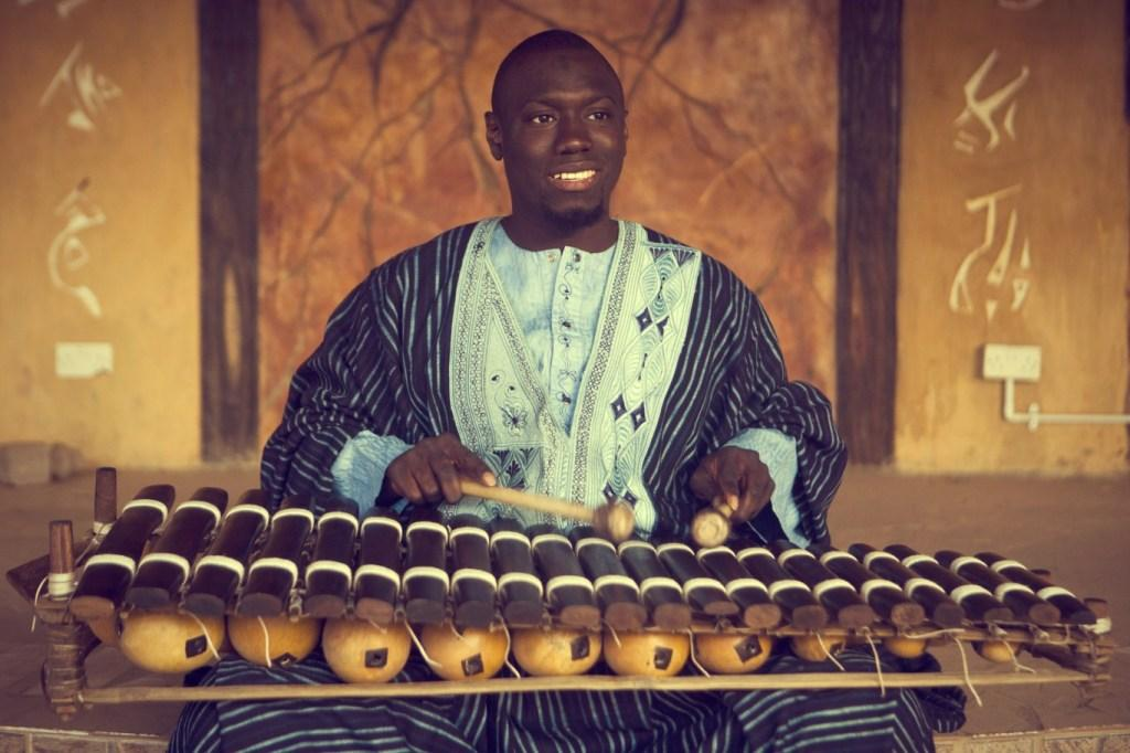Foto: Jana Šnuderl - Sheriffo Kanuteh s tradicionalnim gambijskim glasbilom